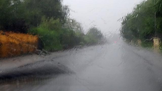 Špatná viditelnost je i v silném dešti.
